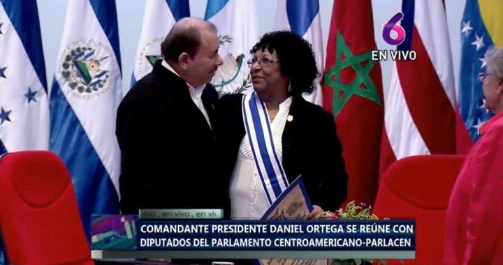 Rectora de URACCAN recibe orden Francisco Morazan