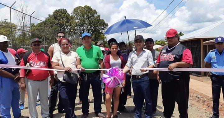 Inaugura 620 metros lineales de calle en La Aurora, Kukra Rivers