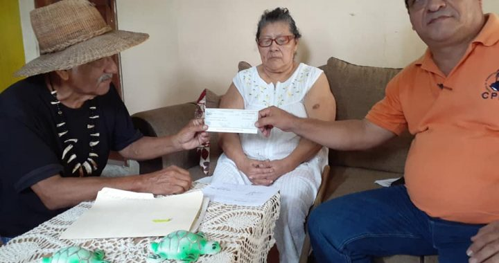 Entregan ayuda económica a mamá de carrucha en Bluefields
