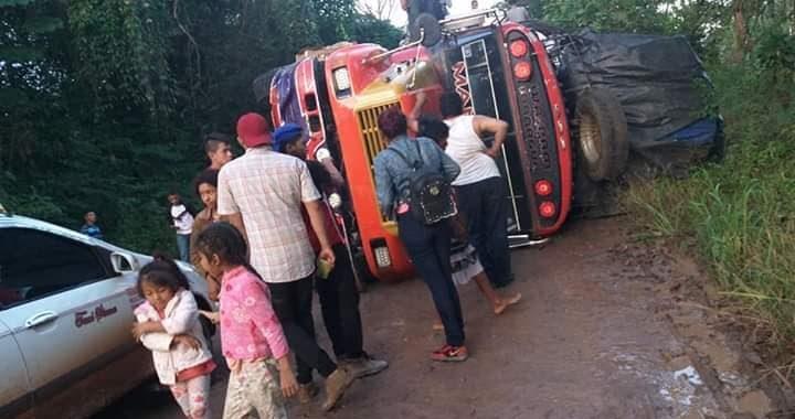 Mal estado de carretera y sobre carga afectan transporte terrestre